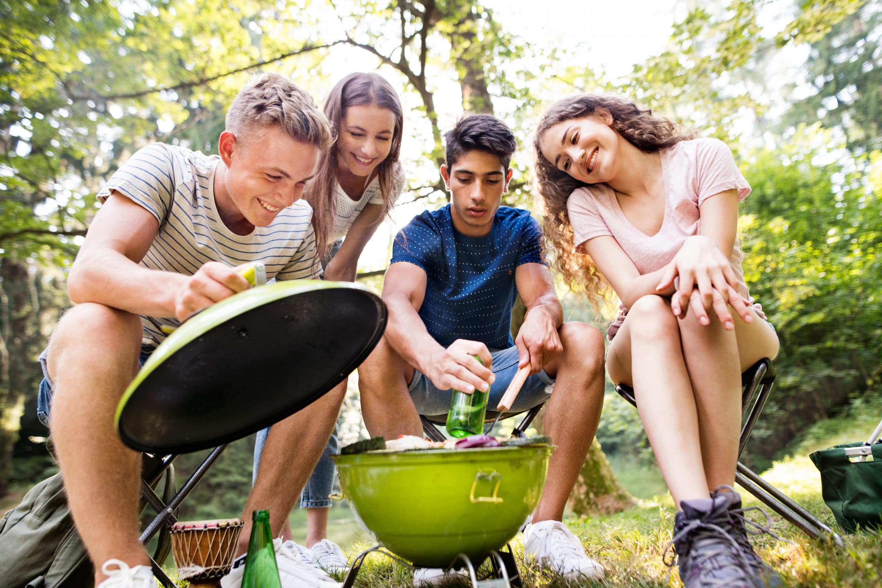 Klimaschonend Grillen 1 teenagers camping cooking meat on barbecue grill PEF3G9T scaled